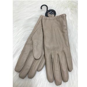 Beige leather gloves.